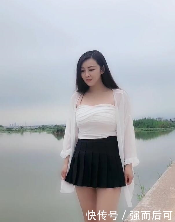 湖边的清新少女,穿搭简约,却不简单的美