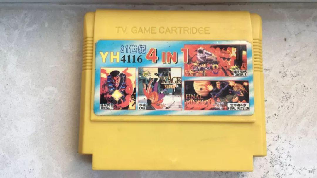 """▲由朋友贵章提供的一盘2000年左右的老黄卡,四合一均为后期""""高K""""游戏"""