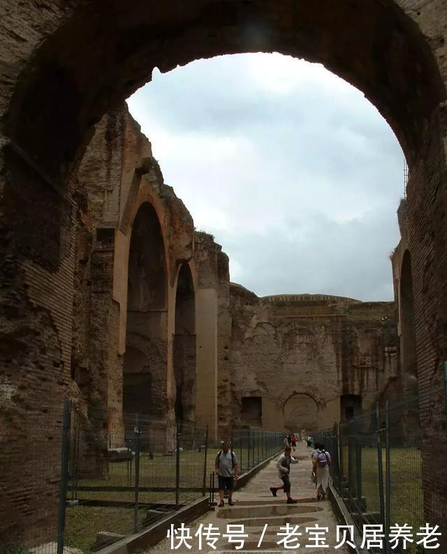卡拉卡拉浴场中央大厅 由西向东望,上部3座巨大的交叉拱顶已无存到了罗马后期,君士坦丁大帝建造的巴西利卡,就是所谓的多功能议事厅,都是这种宏伟规模的。君士坦丁大帝后来又把罗马搬到了东罗马拜占庭,今天的土耳其伊斯坦布尔,从此以后罗马帝国慢慢地走向衰落,直到西罗马的灭亡。