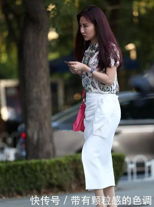 街拍:出水芙蓉的美女,一条白色的连衣裙,时尚气质女性魅力