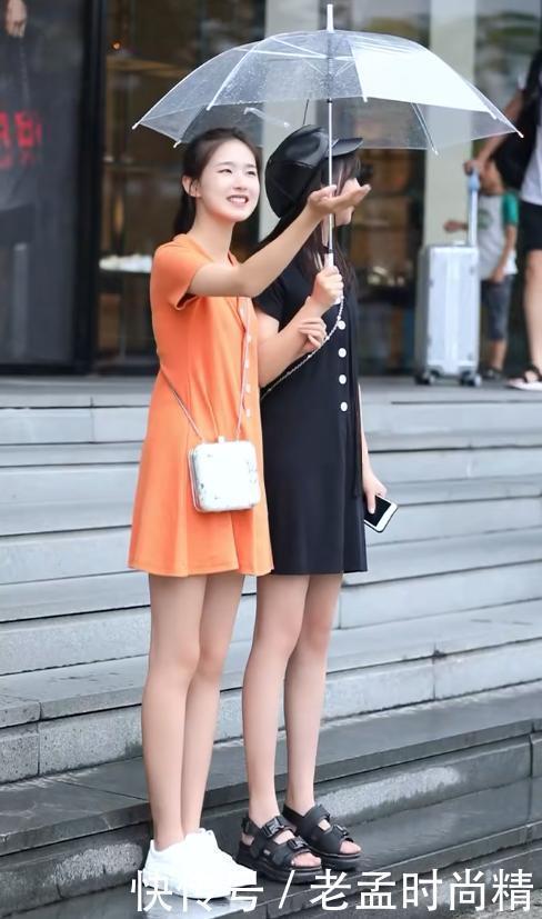 姐妹花街头穿搭, 一个清纯可爱, 另一个成熟稳重, 你喜欢哪个呢?
